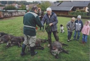 Jagdpächter Egon Füßmann überreicht dem erfolgreichen Jäger den Bruch