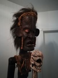 Ein afrikanischer Bewacher der Eingangstür, der alles Böse abwehrt