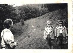 1942 mit Mama und Bruder am Waldweg hinterm Elternhaus