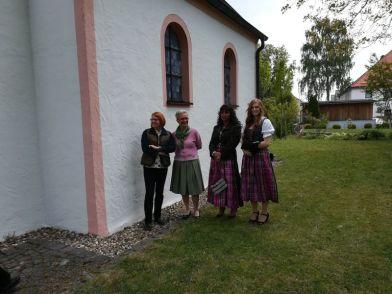 Dorfschönheiten beim Gespräch