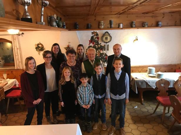 Das Geburtstagskind mit Ehemann Wigg inmitten der Enkel/innen sowie Bürgermeister Wallner